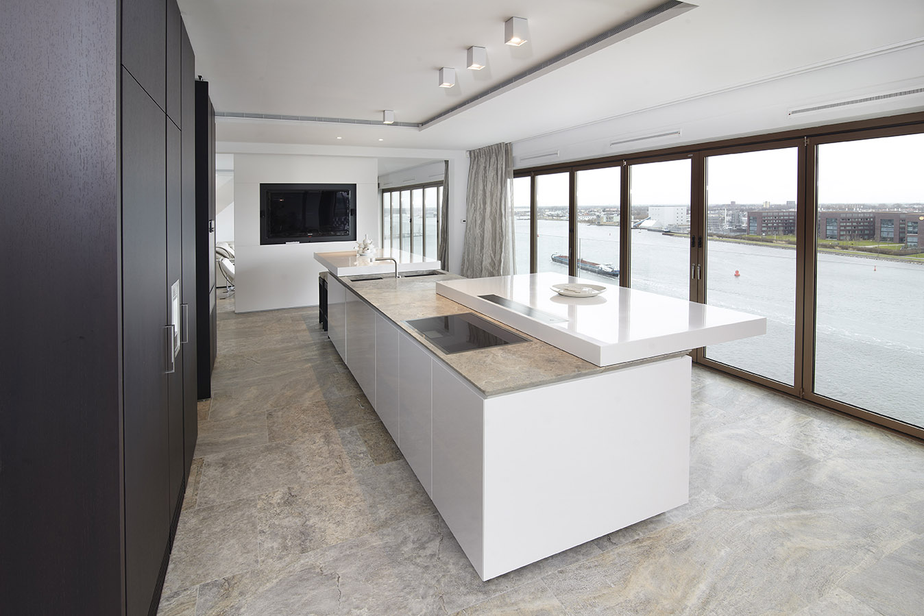 Keukens houtwerk - Keuken met tafel ...